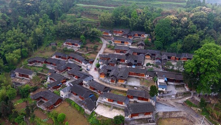 """航拍:贵州铜仁""""贫困村提升工程""""改善乡村人居环境"""