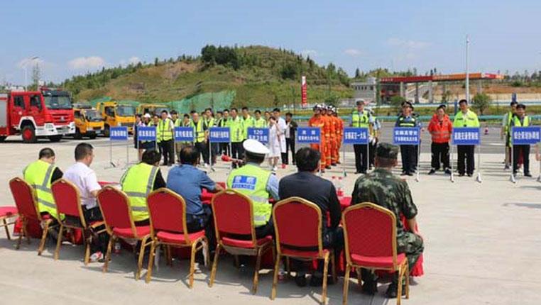 贵州西秀消防联合多部门开展高速公路应急救援演练