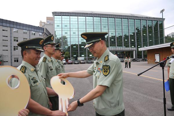 贵州贵阳消防举行消防车辆配发仪式