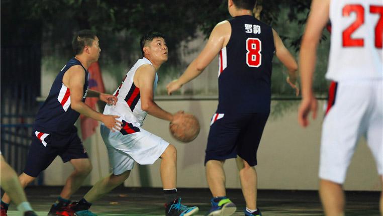 偏远水电站里的快乐篮球